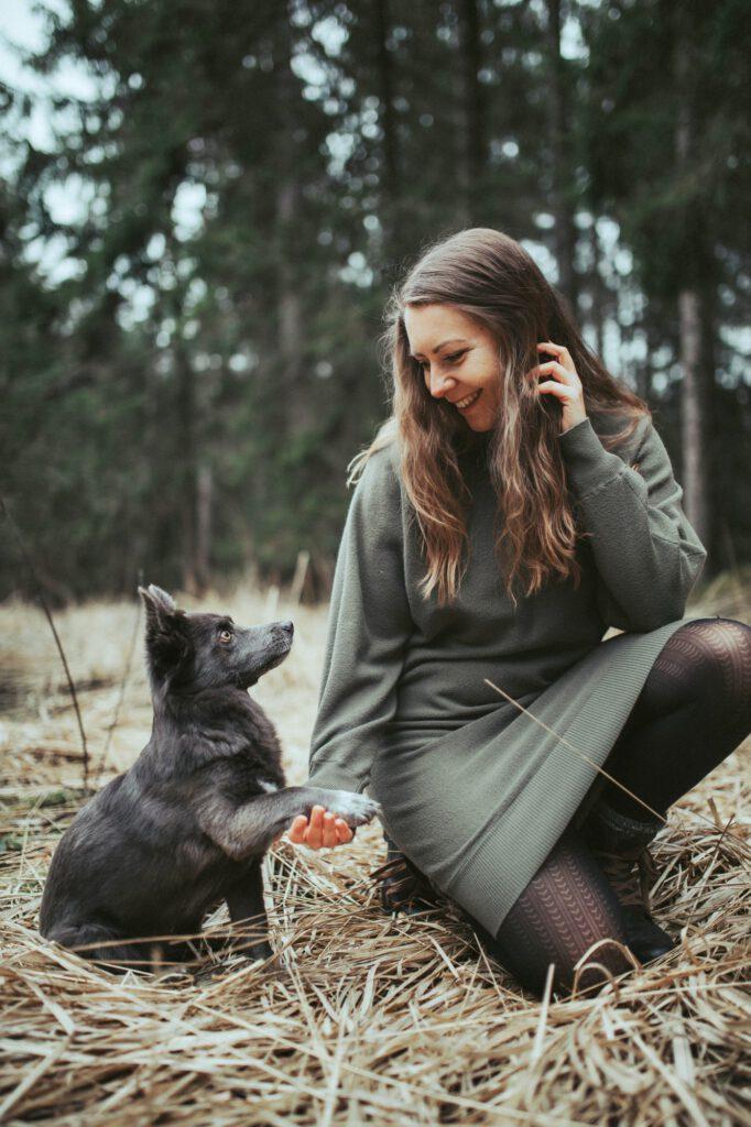 Social Media Experte Yve Gratz mit ihrer Hündin
